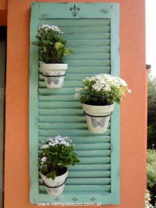 jardinera con persianas mallorquinas recicladas